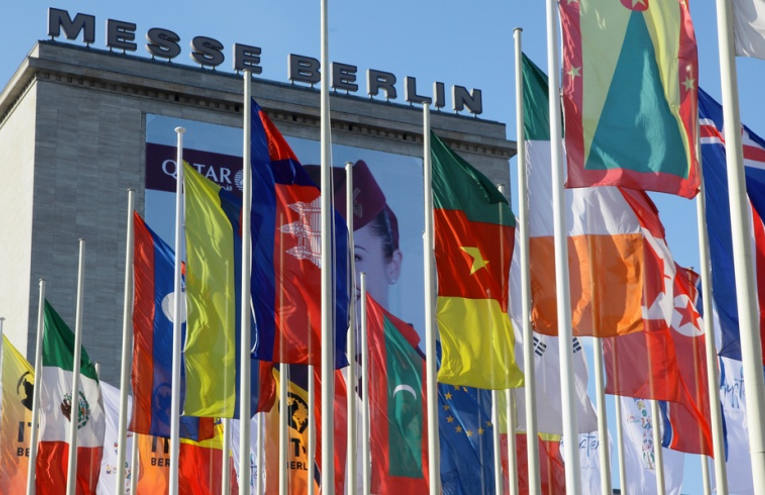 ITB Berlin vom 8.-12. 3. 2017: Buntes Fahnenmeer auf dem Hammarskjöldplatz vor dem Palais am Funkturm - Foto: Messe Berlin